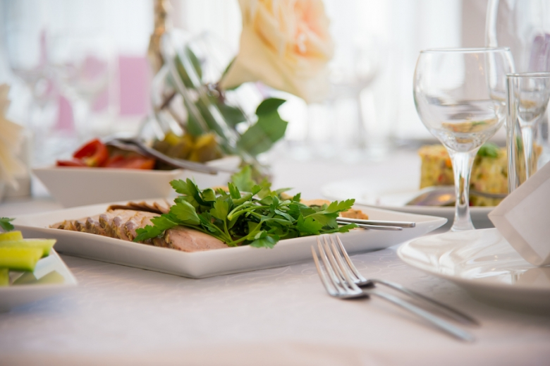 Wedding Catering: The Family-Style Wedding Dinner